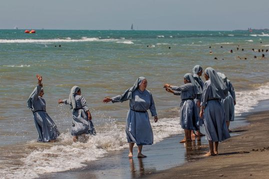 I thijnk these are sisters of the Community of the Holy Name, whom I knew in Zululand. If certain French mayors had their way, they would niot be permitted to do this in France